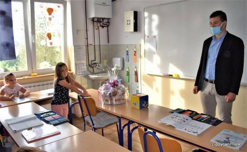 Općinski načelnik obišao je učenike prvih razreda u matičnoj školi u Lipovljanima i Područnoj školi Piljenice